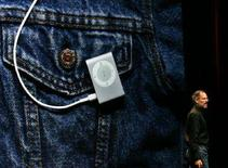 <p>Steve Jobs presenta l'iPod Shuffle a San Francisco. REUTERS/Dino Vournas (UNITED STATES)</p>