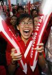 <p>La festa di Singapore per essere stata scelta per le Olimpiadi della gioventù del 2010. REUTERS/Vivek Prakash (SINGAPORE)</p>