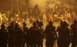 <p>Un immagine degli scontri di giovedì sera a Belgrado: la polizia in assetto antisommossa cerca di fermare la folla. REUTERS/Oleg Popov (SERBIA)</p>