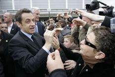 <p>Près de 350.000 personnes ont regardé la vidéo du journal Le Parisien où Nicolas Sarkozy tient un langage fleuri à un visiteur du Salon de l'agriculture qui ne veut pas lui serrer la main, a-t-on appris auprès du quotidien. /Photo prise le 23 février 2008/REUTERS/Thibault Camus/Pool</p>