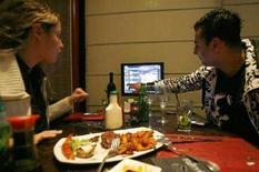 """<p>Una coppia ordina un pasto tramite """"e-Menù"""" in un ristorante di Tel Aviv. REUTERS/Gil Cohen Magen (ISRAEL)</p>"""