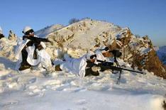 <p>Турецкие солдаты участвуют в операции на севере Ирака. Число боевиков Рабочей партии Курдистана, убитых турецкими военными в ходе операции на севере Ирака, достигло 79 человек, сообщило в субботу турецкое командование. (REUTERS/Turkish Chief of Staff/Handout)</p>