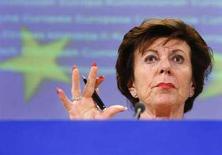 <p>Il commissario europeo alla Concorrenza Neelie Kroes durante la conferenza stampa tenuta oggi sull'aaffare Microsoft. REUTERS/Yves Herman (BELGIUM)</p>