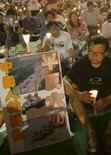 <p>Veglia con candele al Victoria Park di Hong Kong il 4 giugno 2006 per ricordare il massacro di Piazza Tiananmen nel 17esimo anniversario. REUTERS/Bobby Yip (HONG KONG)</p>