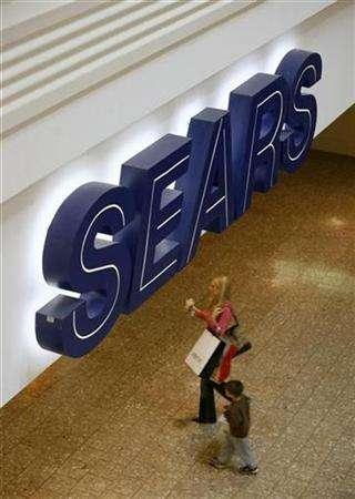 Shoppers make their way past Sears at Woodfield Mall in Schaumburg, Illinois, October 22, 2007. Sears Holdings Corp reported a 47.5 percent decline in quarterly profit on Thursday on increased markdowns and lower sales at its Kmart and Sears stores. REUTERS/John Gress