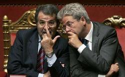 <p>Il ministro delle Comunicazioni Paolo Gentiloni (a destra) col presidente del consiglio uscente Romano Prodi. REUTERS/Tony Gentile (ITALY)</p>