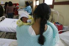 <p>Gran Bretagna, bimbi da madri over 40 a livelli da record. REUTERS/Pilar Olivares</p>