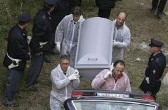 <p>Immagine d'archivio degli operatori sanitari che portano via il corpo di uno dei due fratellini trovati in fondo a una cisterna a Gravina in Puglia. REUTERS/Ciro De Luca/Agnfoto (ITALY)</p>