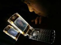 <p>Un téléphone de Mitsubishi Electric avec écran LCD réversible. Le groupe japonais annonce l'arrêt définitif de son activité - déficitaire - de fabrication de téléphones portables, confirmant après d'autres industriels japonais son retrait d'un marché dominé par des étrangers comme Nokia ou Samsung. /Photo d'archives/REUTERS/Eriko Sugita</p>
