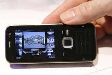 <p>Un cellulare N78 di Nokia. REUTERS/Albert Gea</p>