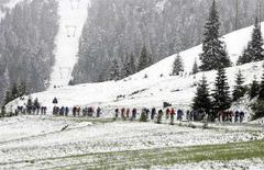 <p>Un gruppo di ciclisti del Giro d'Italia pedala sotto la neve in una foto d'archivio. REUTERS/Alessandro Bianchi (AUSTRIA)</p>