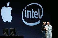 <p>Una conferenza stampa di Intel e Apple in una foto d'archivio. REUTERS/Lou Dematteis</p>