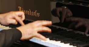 <p>Un pianista mentre suona un pianoforte di una marca austriaca recentemente acquistata dalla giapponese Yamaha. REUTERS/Herbert Neubauer (AUSTRIA)</p>