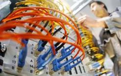<p>INstallation de serveur. SAP, le numéro un mondial des logiciels destinés aux entreprises, et Intel, qui domine le marché mondial des microprocesseurs, prévoient de proposer conjointement aux petites et moyennes entreprises (PME) des serveurs pré-équipés de logiciels SAP. /Photo prise le 2 mars 2008/REUTERS/Hannibal Hanschke (GERMANY)</p>