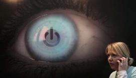 <p>Un Japonais a inventé un dispositif permettant de contrôler son iPod d'un simple battement de paupière grâce à des capteurs infrarouges fixés sur ses lunettes ou sur ses écouteurs. Un signal électrique est généré qui commander le lecteur : un clin d'oeil appuyé d'une seconde permet de rembobiner, cligner de l'autre oeil pour passer à la plage suivante ou de fermer les deux yeux en même temps pour mettre en pause ou repasser en mode lecture. /Photo prise le 3 mars 2008/REUTERS/Hannibal Hanschke</p>