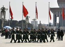 <p>Военная полиция марширует мимо туристов на пекинской площади Тиананмен. 4 марта 2008 года. Китай планирует в 2008 году увеличить расходы на оборонные нужды на 17,6 процента по сравнению с 2007 годом до 417,769 миллиарда юаней ($58,76 миллиарда). (REUTERS/David Gray)</p>