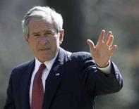 <p>Президент США Джордж Буш на лужайке Белого Дома в Вашингтоне, 3 марта 2008 года. - Президент США Джордж Буш поздравил Дмитрия Медведева с победой на воскресных выборах президента России, которые Запад расценил как вызвавшие вопросы об уровне свободы в стране. (REUTERS/Jason Reed)</p>