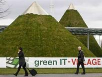 <p>Visitatori alla fiera CeBIT di Hannover. REUTERS/Christian Charisius (GERMANY)</p>