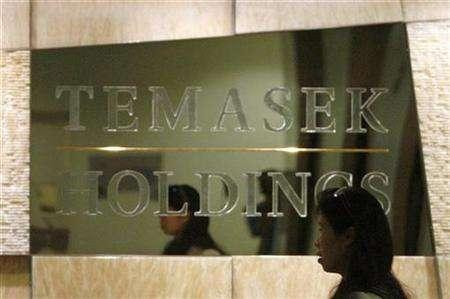 An employee walks past a Temasek Holdings sign at the company's headquarters in Singapore August 2, 2007. Temasek, trying to soothe Western concerns over investments by Asian and Middle Eastern government funds, has told the United States its intentions are commercial and aimed at maximizing long-term returns. REUTERS/Vivek Prakash