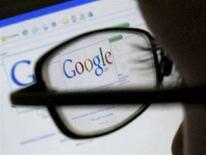 <p>Un utente fa ricerche su Google. REUTERS/Darren Staples (BRITAIN)</p>
