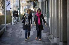 <p>Due giovani per strada REUTERS</p>