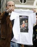 <p>Un sostenitore del Pdl con una maglietta che inneggia a Silvio Berlusconi. REUTERS/Chris Helgren (ITALY)</p>