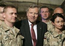 <p>Генсек НАТО Яап де Хооп Схеффер с польскими соладатми, вернувшимися из Афганистана, Варашва, 13 марта 2008 года.Организация Североатлантического договора (НАТО) надеется на укрепление связей с Россией на саммите в апреле, несмотря на разногласия по поводу безопасности в Центральной Европе и на Балканах, заявил в четверг генеральный секретарь альянса НАТО Яап де Хооп Схеффер. (REUTERS/Kacper Pempel)</p>