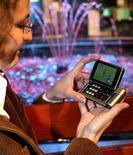 <p>Nella foto d'archivio un Nokia N92, primo cellulare al mondo ad essere dotato di tv. REUTERS/Nokia/Handout</p>