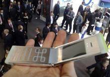 <p>Un prototipo di telefonino Nokia realizzato con materiale di riciclo. REUTERS/Tarmo Virki</p>
