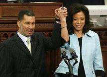 <p>Il neo-governatore dello stato di New York David Paterson e sua moglie durante la cerimonia di insediamento ad Albany, New York. REUTERS</p>