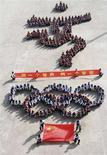 <p>Il logo delle Olimpiadi formato da studenti in fila a Xingtai, nella provincia di Hebei. REUTERS/China Daily (CHINA)</p>