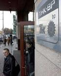 <p>Люди выходят из здания центрального офиса ТНК-BP в Москве, 20 марта 2008 года. Федеральная служба безопасности России предъявила обвинение в промышленном шпионаже в пользу иностранных компаний двум гражданам России, один из которых является сотрудником ТНК-ВР, а другой - руководителем проекта Британского совета, сообщил Рейтер представитель ФСБ. (REUTERS/Sergei Karpukhin)</p>
