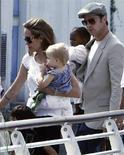 <p>Brad Pitt e Angelina Jolie con le loro figlie Zahara e Shiloh a Venezia. REUTERS/Stefano Rellandini (ITALY)</p>