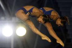<p>Le azzurre Noemi Batki e Tania Cagnotto nel tuffo dalla piattaforma sincro 10m per cui hanno conquistato il bronzo agli Europei di Eindhoven. REUTERS/Damir Sagloj</p>
