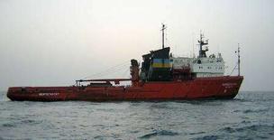"""<p>Украинское буксирное судно """"Нефтегаз-67"""" в Персидском заливе в июле 2004 года (архивная фотография). Украинский морской буксир """"Нефтегаз-67"""" затонул вблизи Гонконга после столкновения с сухогрузом в ночь с субботы на воскресенье по местному времени. Семерым членам экипажа удалось спастись, местные спасатели продолжают поиск еще 18 пропавших моряков, сообщают гонконгские СМИ и представители украинских властей. (REUTERS/HO)</p>"""