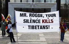 """<p>Dei manifestanti mostrano uno striscione con la scritta """"Mr. Rogge, il suo silenzio uccide i tibetani!"""" di fronte alla sede del Cio a Losanna. REUTERS/Denis Balibouse</p>"""