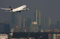 <p>Аэробус А340 авиакомпании Lufthansa во время взлета с посадочной полосы аэропорта немецкого города Франкфурта. 14 марта 2007 года. Пассажирский самолет авиакомпании Lufthansa в понедельник совершил аварийную посадку в городе Катовице на юге Польши после того, как буйный пьяный пассажир начал кричать, что является террористом, сообщили пограничники. (REUTERS/Kai Pfaffenbach)</p>
