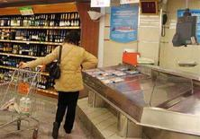 <p>Immagine d'archivio di una consumatrice in un supermercato italiano. REUTERS/Dario Pignatelli (ITALY)</p>