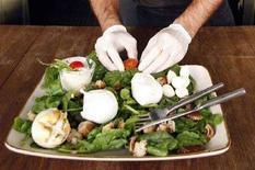 <p>Un cuoco prepara un piatto con mozzarella di bufala. REUTERS/Dario Pignatelli</p>