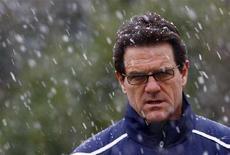 <p>Il ct della nazionale di calcio inglese Fabio Capello partecipa a un allenamento sotto la neve. REUTERS/Eddie Keogh</p>