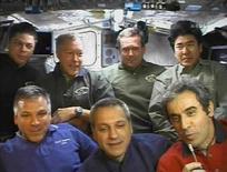 <p>L'astronauta Leopold Eyharts dell'Agenzia spaziale europea parla a microfono durante una conferenza stampa con gli altri membri dell'equipaggio dello shuttle Endeavour. La foto è stata scattata ieri. REUTERS/NASA TV</p>