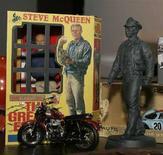 <p>Modellini dello scomparso attore statunitense Steve McQueen nel coraso di una esposizione a Los Angelesnel 2005. REUTERS/Fred Prouser</p>