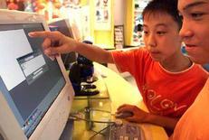 <p>Due ragazzini al computer. REUTERS</p>