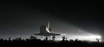 <p>Lo space shuttle Endeavour nel corso dell'atterraggio al Kennedy Space Center di Cape Canaveral, in Florida, ieri sera. REUTERS/Scott Audette (UNITED STATES)</p>