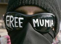 <p>Un manifestante protesta a favore della liberazione del gionalista Mumia Abu Jamal a Filadelfia in una foto d'archivio. REUTERS/Tim Shaffer (UNITED STATES)</p>