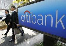 <p>Men walk past a Citibank sign outside its Tokyo branch November 5, 2007. REUTERS/Toru Hanai</p>