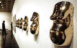 """<p>""""Body Mask"""" 2007, mostra di sculture bronzee di Sherrie Levine al Whitney Museum of American Art per la Biennale di New York 2008. REUTERS/Mike Segar</p>"""