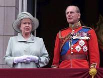 <p>La regina Elisabetta II e il principe Filippo, duca di Edinburgh, in una foto d'archivio del giugno 2001. REUTERS/Stephen Hird</p>