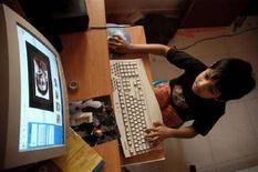 <p>Un bambinio al computer. REUTERS/Jagadeesh Nv</p>