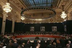 <p>Делегаты и главы государств готовятся к заседанию в рамках саммита НАТО в Бухаресте 3 апреля 2008 года. Лидеры Североатлантического союза на саммите в Бухаресте пока не приняли решения о подключении Грузии и Украины к Плану действия по членству в блоке и продолжат совещания в четверг. (REUTERS/Oleg Popov)</p>